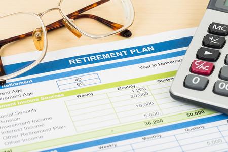 fondos negocios: Plan de jubilación con gafas y documentos calculadora es maqueta