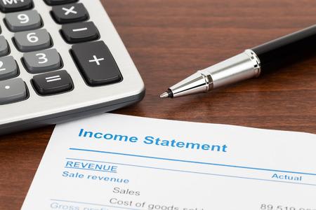Rapporto Conto Economico con la penna e il documento calcolatrice è mockup