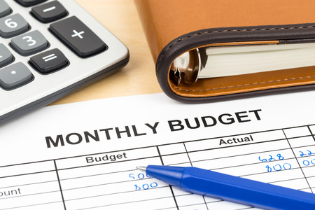 Home budget planning sheet with pen and calculator Foto de archivo