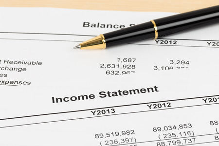 Income statement financial report with pen Standard-Bild