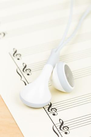 partition musique: �couteurs sur la couleur de la cr�me partition de papier Banque d'images