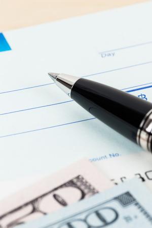 chequera: Consulte con la pluma y el billete de banco