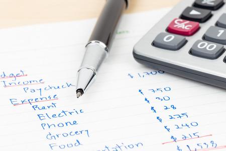 Budget à la maison d'écriture à la main avec la calculatrice Banque d'images - 47965983