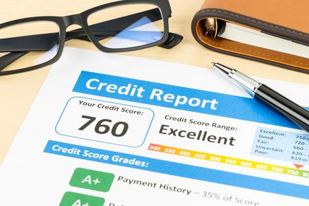 Credit score rapport met pen, glazen, en organisator boek