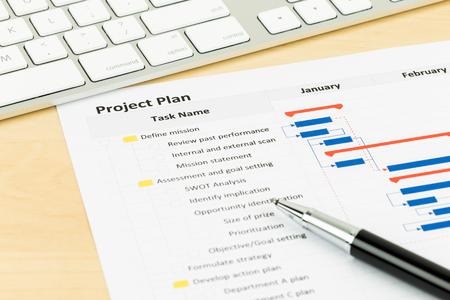 Projectmanagement en Gantt-grafiek met het toetsenbord en de pen Stockfoto