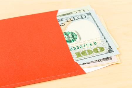cash money: dólar de dinero en sobres rojos Foto de archivo
