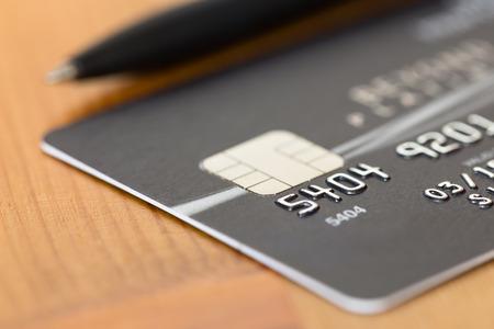 ブラックのクレジット カード上にペン 写真素材