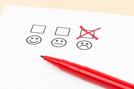 Klanttevredenheidsonderzoek checkbox met slechte symbool tik Stockfoto