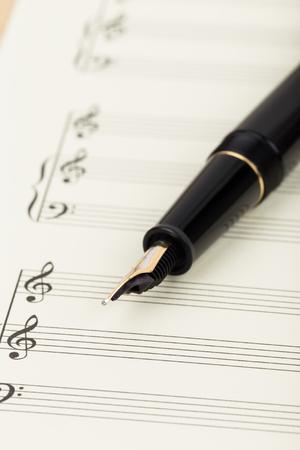 partition musique: partition Blank sur du papier de couleur cr�me avec un stylo