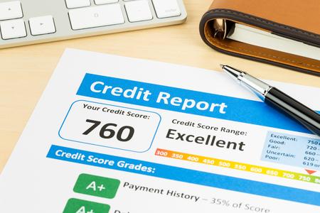Credit score rapport met toetsenbord en pen