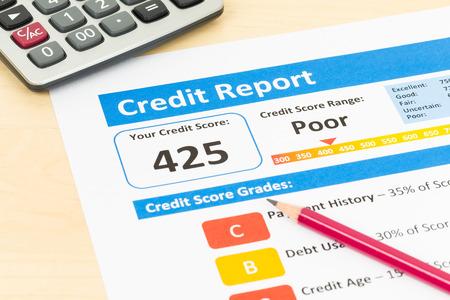 Slechte credit score rapport met pen en calculator Stockfoto