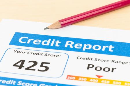 registros contables: Pobre informe de crédito con la pluma Foto de archivo