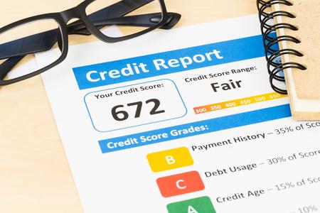 Fair credit score rapport met een bril Stockfoto