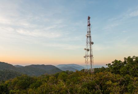 antenne de la tour de communication sur la montagne au crépuscule