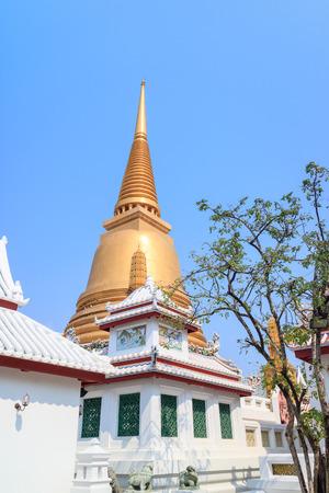 wat bowon: Wat Bowon Niwet Temple with golden pagoda near Khaosan Road, Bangkok, Thailand