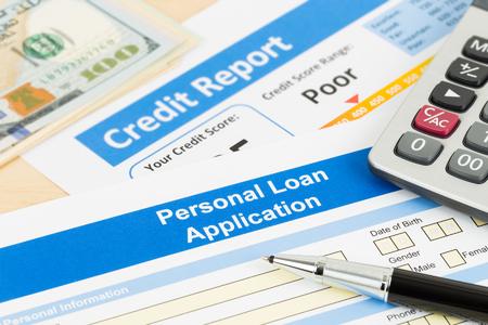 Persönliche Kreditantragform schlechter Kreditscore mit Taschenrechner, Dollargeld und Stift Standard-Bild - 68651972