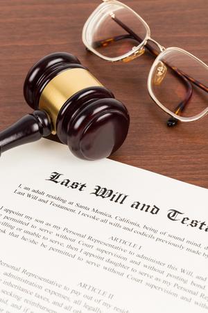 Letzter Wille und Testament auf gelblichem Papier mit Richterhammer aus Holz; Dokument ist ein Modell
