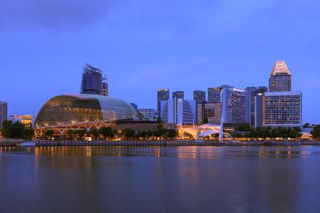 Cingapura - 1 de dezembro de 2016: Esplanade - Teatros na Baía. Composto por uma sala de concertos de 1.800 assentos e um teatro de 2000 lugares. Editorial