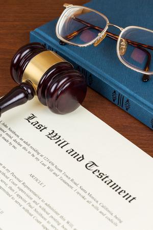 Letzter Wille und Testament mit hölzernem Richterhammer; Dokument ist Mock-up nicht real