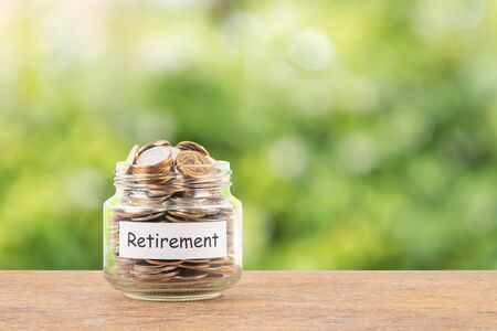 Vaso della moneta dei soldi sul concetto di risparmio di pensione del fondo bianco