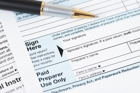 Formulario de devolución del impuesto sobre la renta individual por parte del IRS, concepto de tributación Foto de archivo