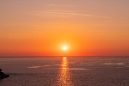 Schöner Sonnenuntergang auf der Andamanensee am Windmill View Point in der Nähe von Laem Promthep Cape, Phuket, Thailand?