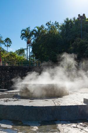 Berühmte heiße Quelle gut im öffentlichen Park Raksa Warin, Ranong, Thailand. Standard-Bild