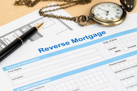Formulaire de demande de prêt hypothécaire inversé, concept financier Banque d'images