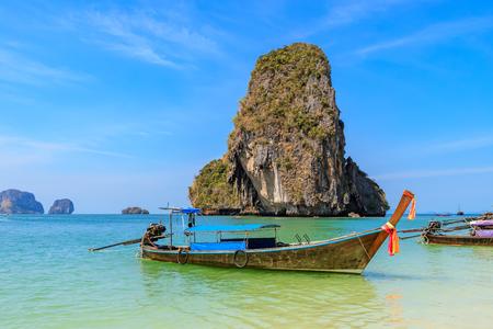 Hermoso mar azul turquesa claro y barcos en Ao Phra Nang cerca de la playa de Railay, Krabi, Tailandia