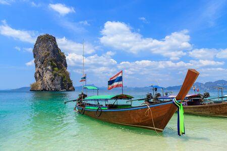 Piękne, krystalicznie czyste turkusowe morze i łodzie na wyspie Ko Poda, zatoka Ao Phra Nang, Krabi, Tajlandia