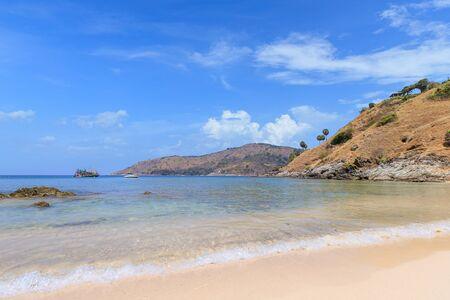 Belle mer bleu clair à la plage de Ya Nui près du cap Laem Promthep, Phuket, Thaïlande Banque d'images