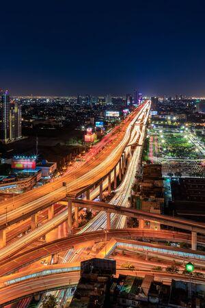Expressway arial view during night with light trail, Bang Na, Bangkok Thailand Banque d'images