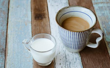 Kaffee und Milch für das Brechen von Zeit.