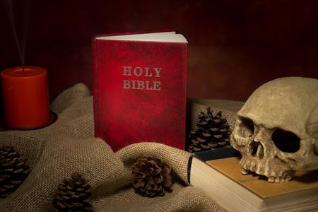 sacerdote: Todav�a vida santa biblia roja y el cr�neo humano, iluminaci�n de velas