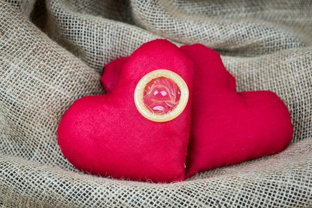 붉은 마음과 콘돔, 안전한 성관계, 발렌타인 개념
