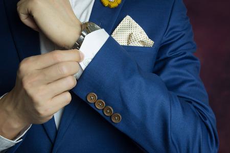 traje formal: Hombre en juego azul dos bottons, haciendo bot�n, de cerca