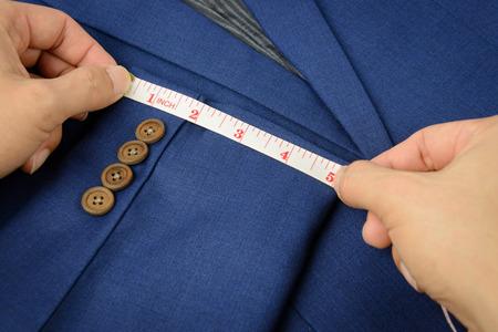 파란색 재킷에 흰색 측정 테이프, 재봉