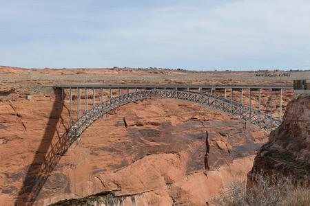 Huge dam bridge cross Colorado river at Lake Powell, Arizona USA Imagens