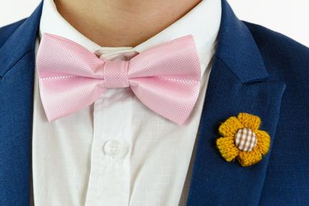 Blauer anzug fliege rosa So kombinierst