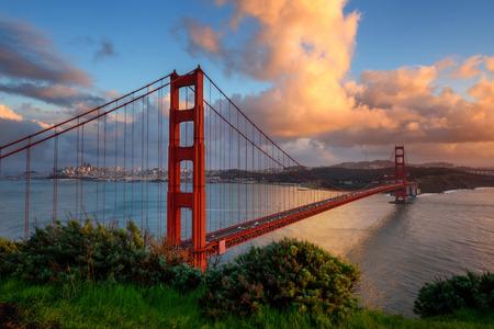 아름다운 골든 게이트 샌프란시스코, 캘리포니아, 미국의 입구. 석양과 하늘에 오렌지 구름.