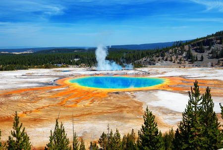 Famosa traccia di Grand Prismatic Springs nel Parco Nazionale di Yellowstone da vista di alto angolo. Belle sorgenti calde con arancione verde vivo in arancione a Wyoming. Archivio Fotografico - 68576030