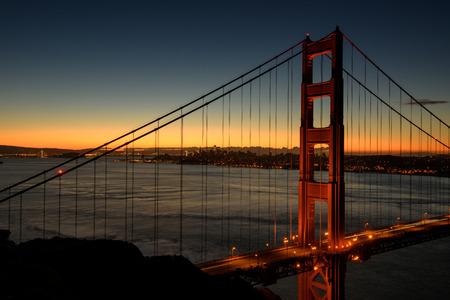 아름 다운 골든 게이트 샌 프란 시스 코, 캘리포니아, 미국 입구. 일출 장면과 배경으로 마을. 스톡 콘텐츠