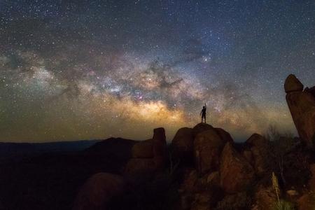 균형 잡힌 바위, 빅 벤드 국립 공원, 텍사스 미국에서 밀키 방법. 별자리와 은하계 스톡 콘텐츠