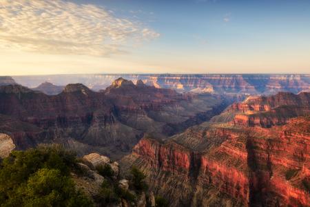 Poranne światło na szlaku punktu widokowego Gran Canyon North. Zdjęcie Seryjne