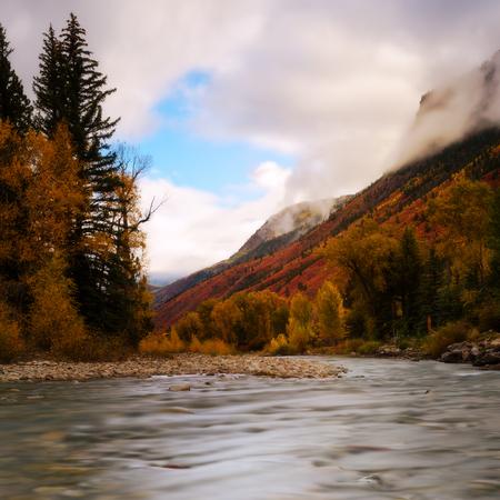 가을, 가을, 시즌 동안 콜로라도 작은 개울에서 흐린 날. 겨울 시즌