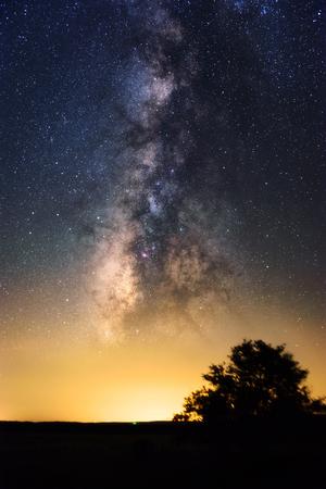 Bella cielo notturno con via lattea vivido. Giallo luce inquinamento all'orizzonte. Astronomia sogno cielo scuro. Archivio Fotografico - 89137258