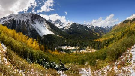Ridgway, 콜로라도에서가 색상입니다. 아름 다운 빛과 아스펜 나무 색 배경에 산 범위. 파노라마보기입니다. 스톡 콘텐츠