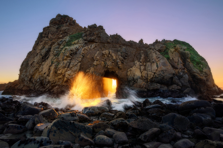 Sunset star thourgh key hole at Pfeiffer Beach, Big Sur, California Zdjęcie Seryjne