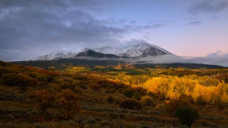 Alba a Twin Mountain Vista del Monte Sopris e Mount Elk con colore di caduta e nebbia di mattina, Snowmass Maroon Bells Wilderness area, Colorado Archivio Fotografico - 88999259