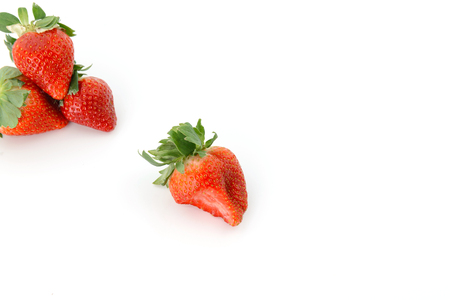흰색 배경에 신선한 딸기입니다. 쌓아 놓고 순서대로 배열하십시오.